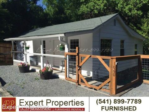 Photo of 1060 S 3rd St, Jacksonville, OR 97530