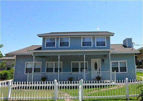 Photo of 911 Hawthorne Rd, Clear Lake Shores, TX 77565
