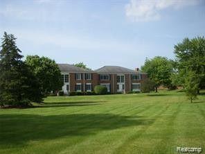 Photo of 670 E Fox Hills Dr, Bloomfield Township, MI 48304