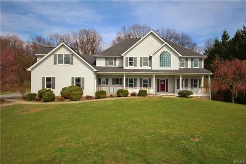 Photo of 10 Settlers Ct, Poughkeepsie, NY 12603