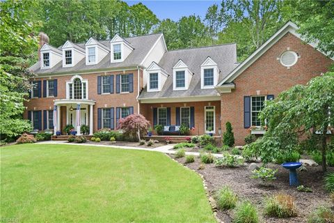 Photo of 17180 Hidden Point Dr, Chagrin Falls, OH 44023