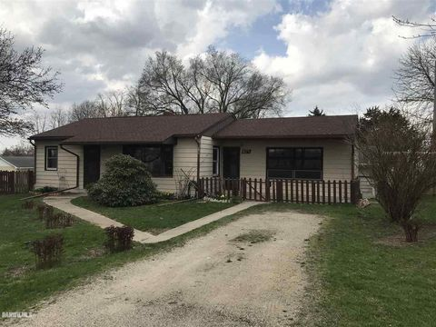824 S Willow St, Mount Carroll, IL 61053