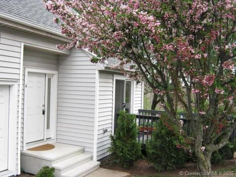 4 Clubhouse Dr, Cromwell, CT 06416
