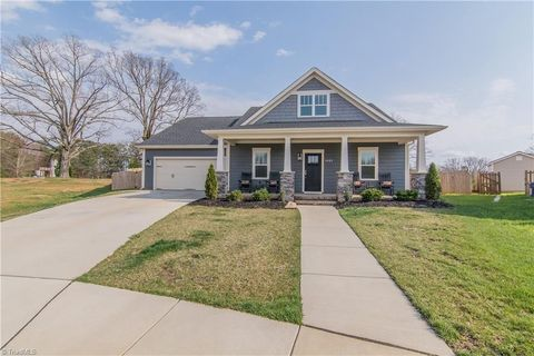 Photo of 1832 Eastover Ct, Kernersville, NC 27284
