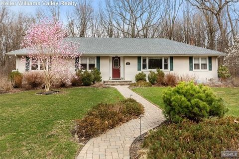 Photo of 1033 Sioux Ln, Franklin Lakes, NJ 07417