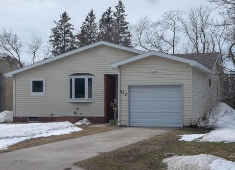 Photo of 939 Arnold Ave N, Thief River Falls, MN 56701