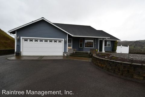 Photo of 880 N Summerwood St, Roseburg, OR 97471