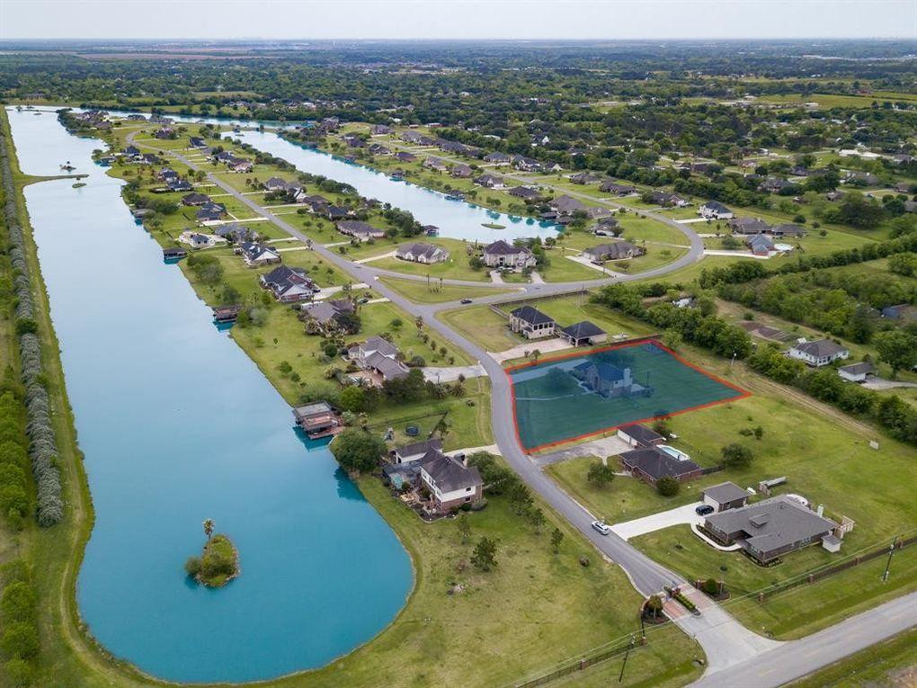 110 Lago Circle Dr N, Santa Fe, TX 77517
