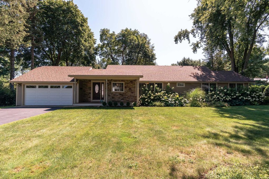10 Leslie Ct Loudonville, NY 12211