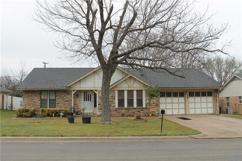 Photo of 5549 Meadow Oak St, North Richland Hills, TX 76180
