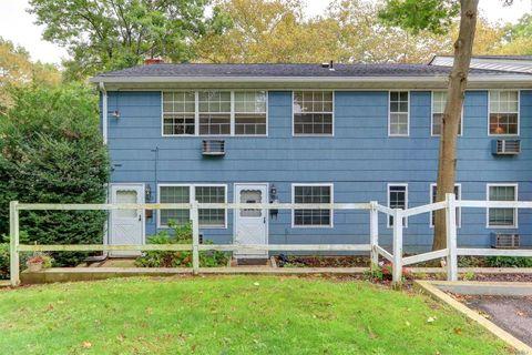Photo of 1013 Towne House Vlg, Hauppauge, NY 11749