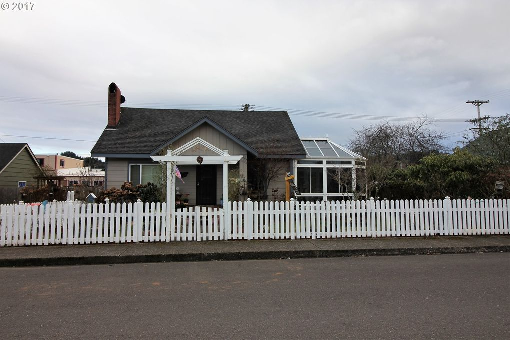 2164 Fir Ave, Reedsport, OR 97467