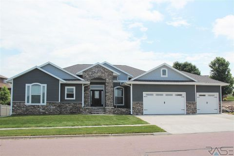 Photo of 1010 Birdie Dr, Dell Rapids, SD 57022