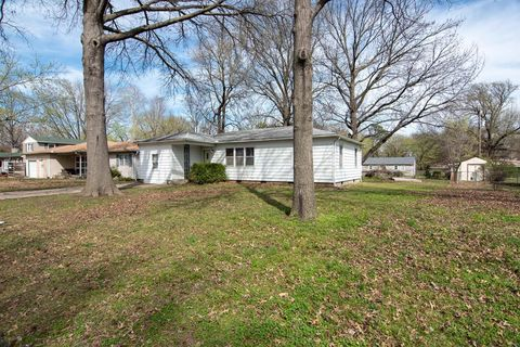 Photo of 201 Highland Rd, Coffeyville, KS 67337