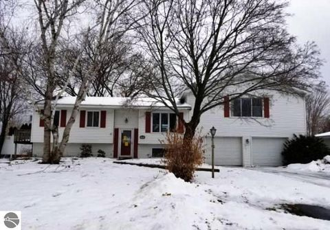 Photo of 715 Meadow Dr, Traverse City, MI 49685