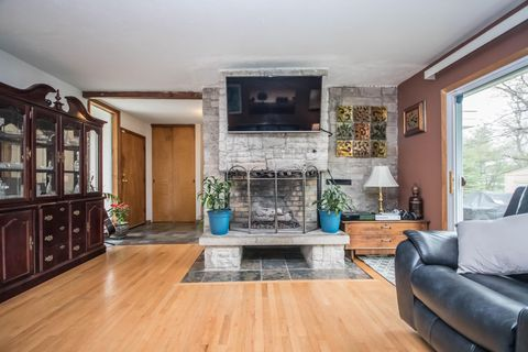 Photo of 1606 S Sherwood Dr, New Berlin, WI 53151