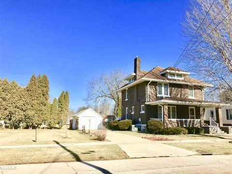 528 W Chestnut St, Freeport, IL 61032