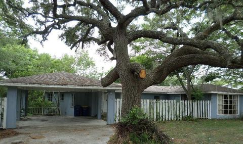Photo of 115 E Pine St, Howey In The Hills, FL 34737