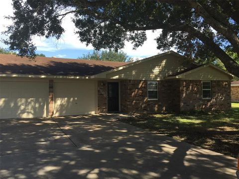 Photo of 1506 Byrne St, El Campo, TX 77437