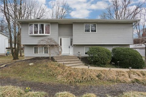Photo of 4 Woodlake Dr, Thiells, NY 10984