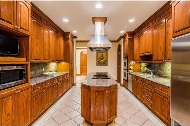 131 Paloma Dr, Coral Gables, FL 33143 - Kitchen