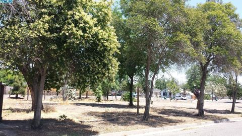 405 N D St, Tulare, CA 93274