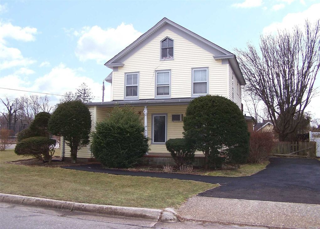 42 Pearl St, Patchogue, NY 11772