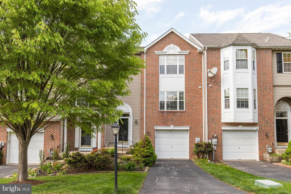 37 Hunt Club Dr Collegeville, PA 19426