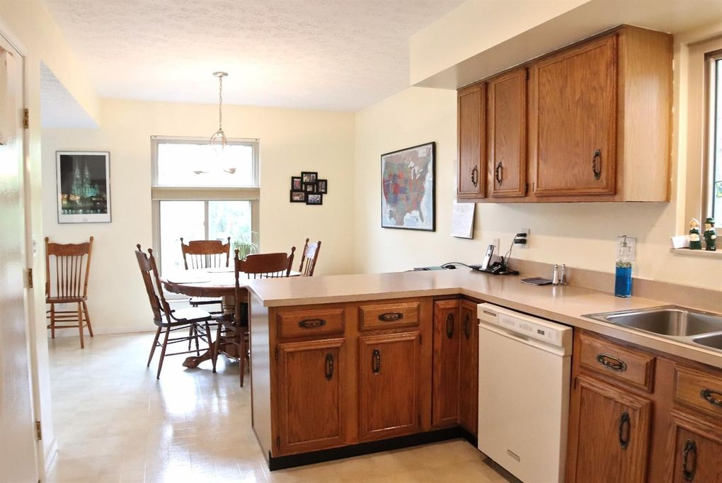 6394 Roth Ridge Dr, Miami Township, OH 45140 - Kitchen
