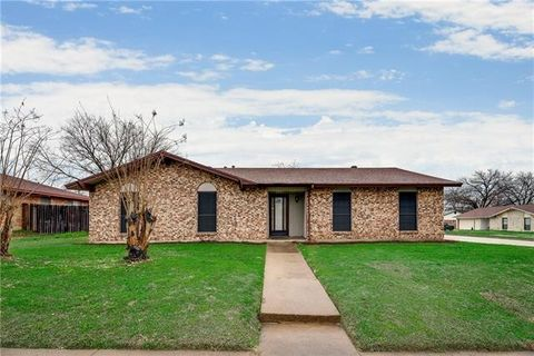 Photo of 1011 Whippoorwill Ct, Arlington, TX 76014