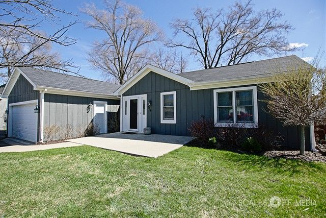 104 Oakleaf Rd, Lake in the Hills, IL 60156