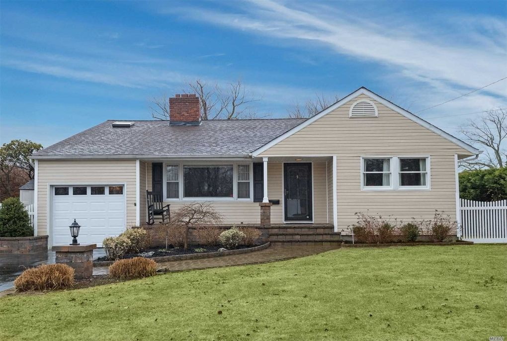 5 Barberry Rd, West Islip, NY 11795