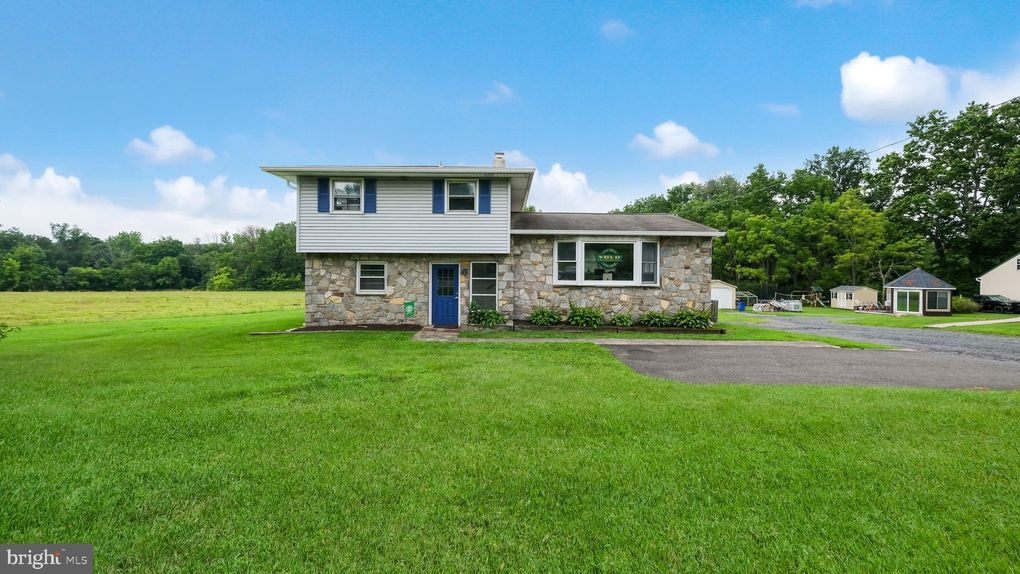 1818 Swamp Rd Fountainville, PA 18923