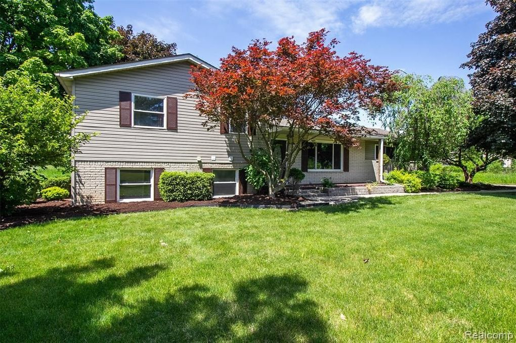 1185 Eager Pines Ct Howell, MI 48843