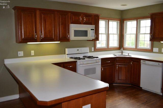 701 Evergreen Cir, Huron, OH 44839 - Kitchen