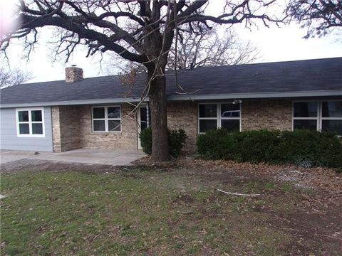 Photo of 1305 Bellaire St, Bowie, TX 76230