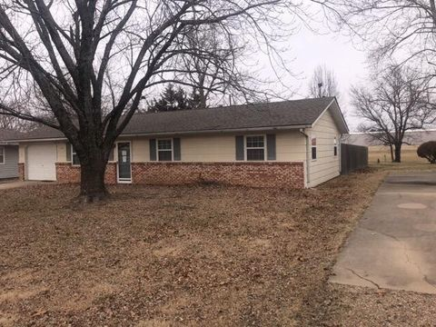 Photo of 720 Garfield Rd N, Iola, KS 66749