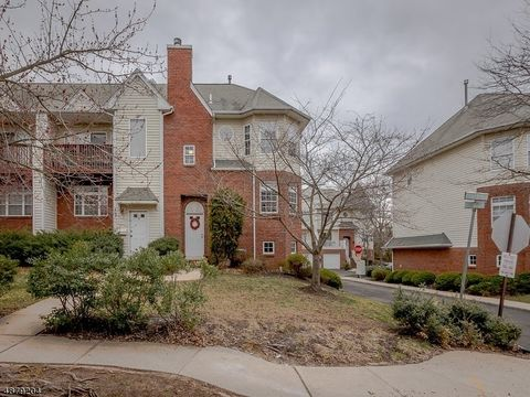 Photo of 8 Cottage Ct, Berkeley Heights Twp, NJ 07922