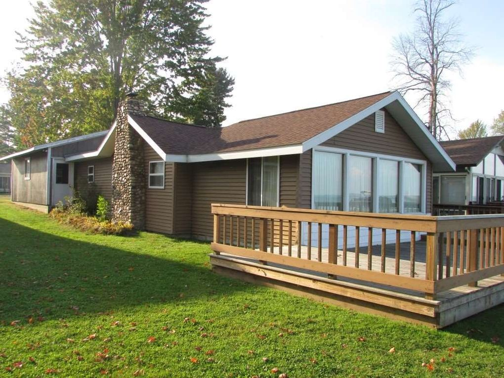 504 Shoreline Dr, Houghton Lake, MI 48629