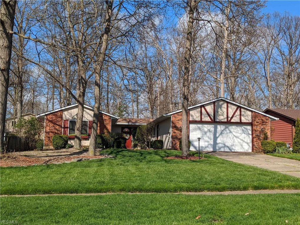17066 Raccoon Trl Strongsville, OH 44136
