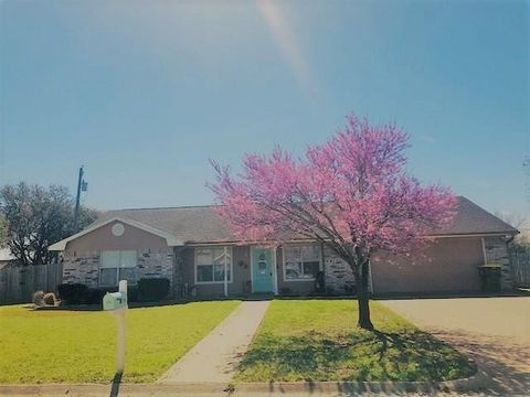 Photo of 210 Man O War St, Groesbeck, TX 76642