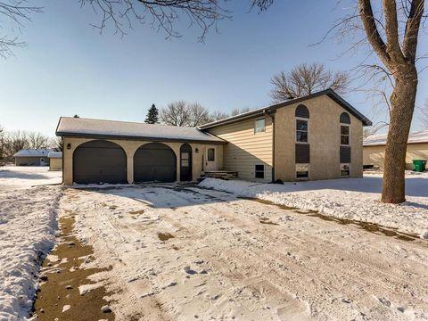 125 Oakwood Dr, Belle Plaine, MN 56011