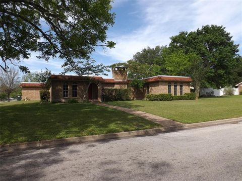 101 Pecan St, Hallettsville, TX 77964