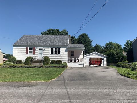 Photo of 6 Emmett Dr, Colonie, NY 12309