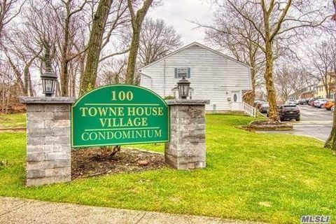 Photo of 701 Towne House Vill Dr, Hauppauge, NY 11749