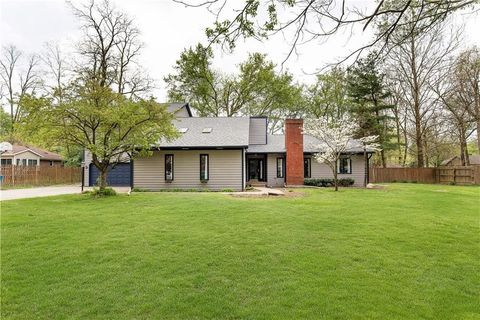 Photo of 945 Fox Hill Dr, Indianapolis, IN 46228
