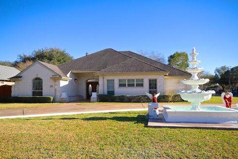 Photo of 800 E Huntington St, Beeville, TX 78102