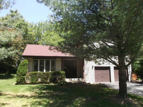 101 Hickory Rd, Oakwood Hills, IL 60013