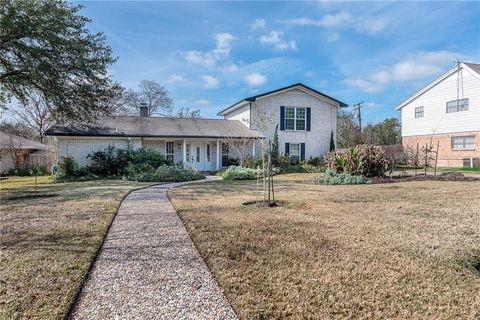 3704 Oak Ridge Dr, Bryan, TX 77802