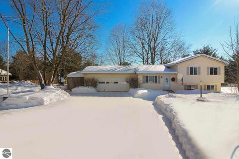 Photo of 20433 White Oak Ct, Lake Ann, MI 49650
